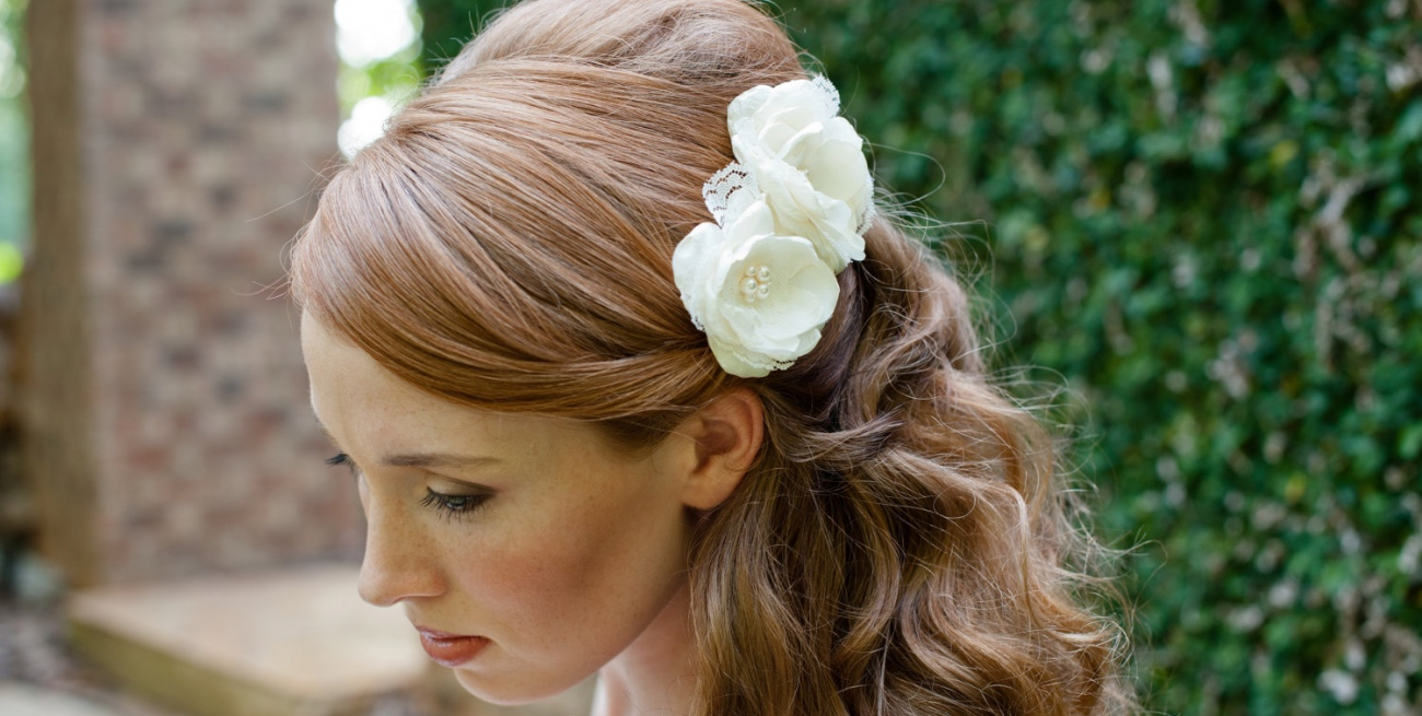 Прическа с живыми цветами в волосах фото