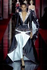 I suoi capolavori sartoriali sono noti in tutto il mondo. La collezione sposa  e couture 2018 sono ricche di abiti da sposa originali d45350205a1